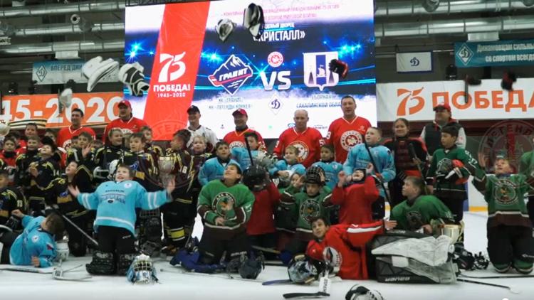 На Сахалине сыграли в хоккей в честь 75-летия Победы