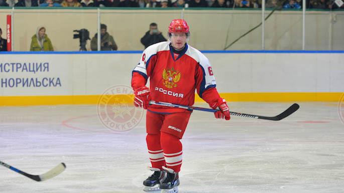 «Легенды хоккея» сыграли за полярным кругом